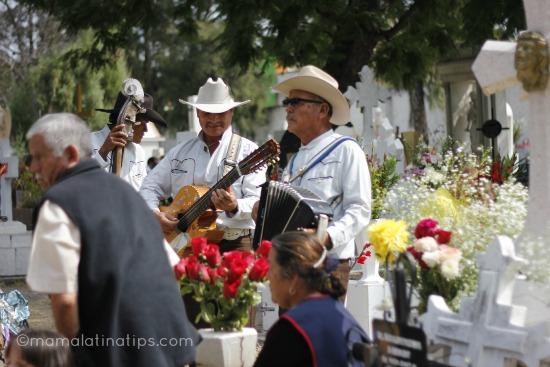 Musicos tocando la guitarra en el Dia de Muertos