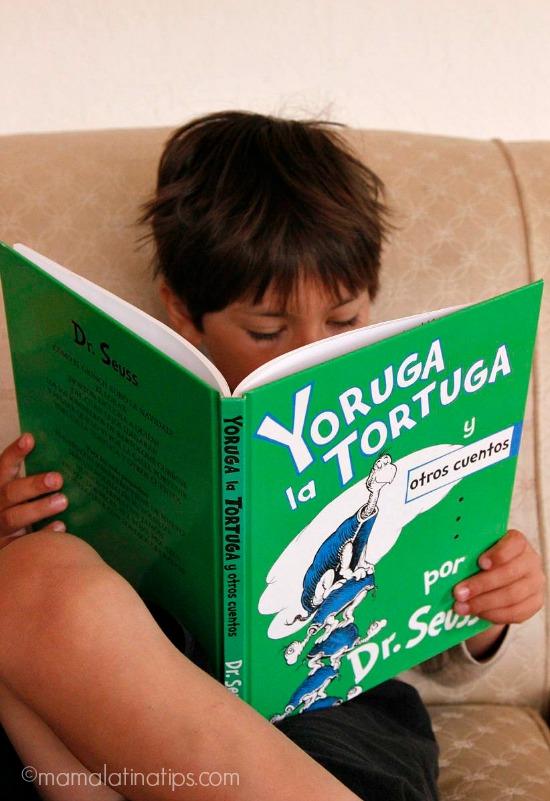 Niño leyendo Yoruga la Tortuga por Dr. Seuss by mamalatinatips.com