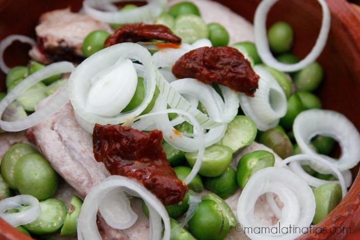 Chuletas de cerdo con cebolla, tomatillos y chile chipotle - mamalatinatips.com