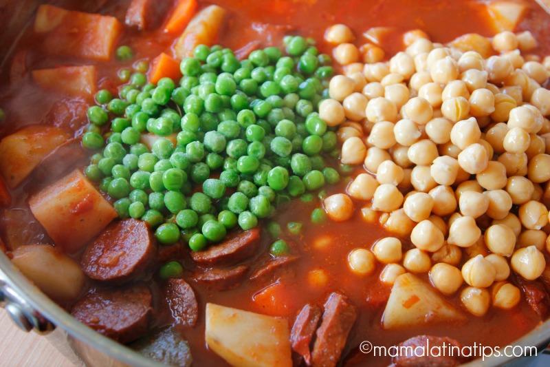 chorizo, papas, zanahorias, chícharos y garbanzos
